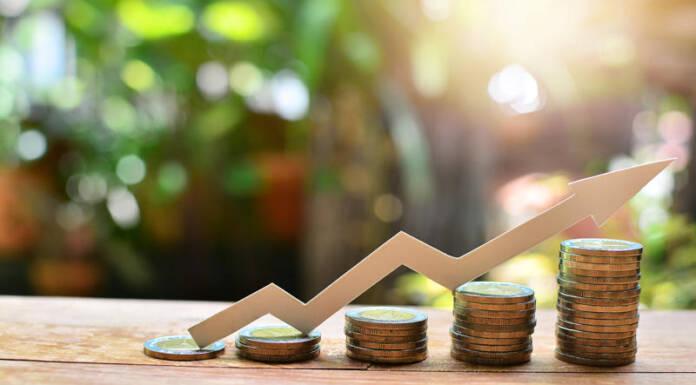 Rosnące stosy monet jako symbol inwestowania pieniędzy na różne sposoby